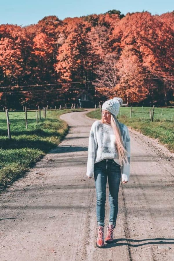 Fall Fashion in Vermont! Travel Outfits - What I wore in Stowe, Vermont. #shoes #avenlylane #AVENLYLANEFASHION #expressjeans #asos #sweaters #fashion #falloutfits #fallfashion #falltrends #vermont #traveloutfits #hikingboots #fallboots #fashion
