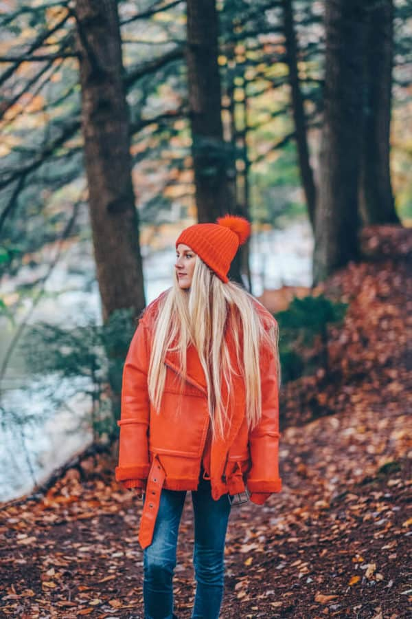 What to Wear on a Hike and Still Look Cute! Including the best leggings for hiking, my favorite jeans for hiking, the best hiking boots for women, best gloves for hiking, and the best hats for travel. #AVENLYLANE #AVENLYLANETRAVEL #fashionblogger #falloutfits #fallfashion #fashion #stlye #styleinspiration #style #winterhats #hikingboots #winterboots