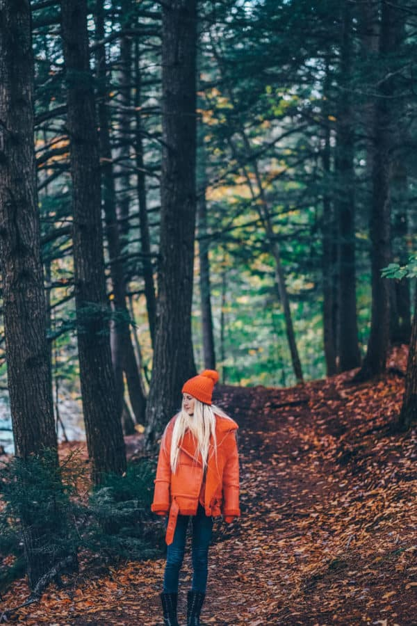 What to Wear on a Hike and Still Look Cute! Including the best leggings for hiking, my favorite jeans for hiking, the best hiking boots for women, best gloves for hiking, and the best hats for travel. #AVENLYLANE #AVENLYLANETRAVEL
