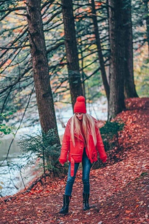 Cute Fall Hiking Outfit - Vermont Fall Fashion Style. Finding a cute fall hiking outfit is easier than it may seem.  Check out some of my favorite fall fashion trends for hiking and travel on avenlylane.com  #AVENLYLANE #AVENLYLANETRAVEL #falloutfits #fall #style #styleinspiration #travelstyle #fashionblog #fashionblogger #fashion #hiking #hikes